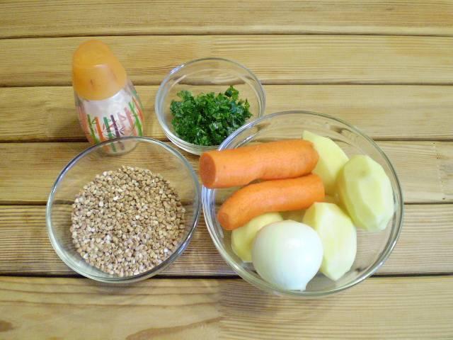 1. Приготовим продукты для супа. Гречку возьмите светлой обжарки. Овощи вымойте и очистите.