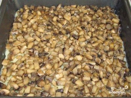 Затем выложим на слой пюре жаренные с луком грибы. Разровняем и слегка уплотним начинку.