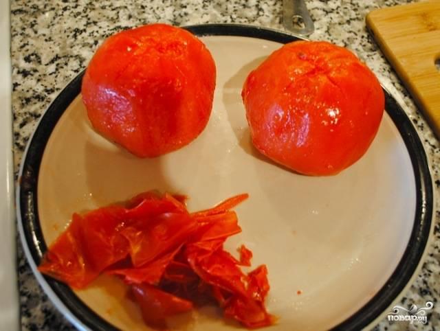 Потом кипяток слейте и аккуратно счистите кожуру с помидор.