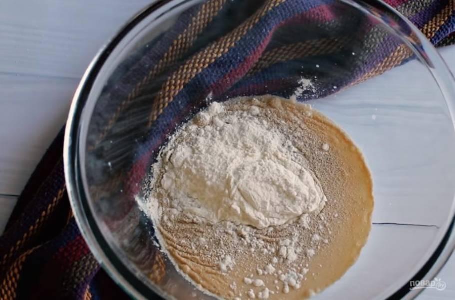 1. Для начала приготовьте опару: молоко смешайте с дрожжами, 1 ч. ложкой сахара и 3 ст. ложками муки. Перемешайте до исчезновения комочков и оставьте опару накрытой полотенцем в теплом месте на 20-30 минут.