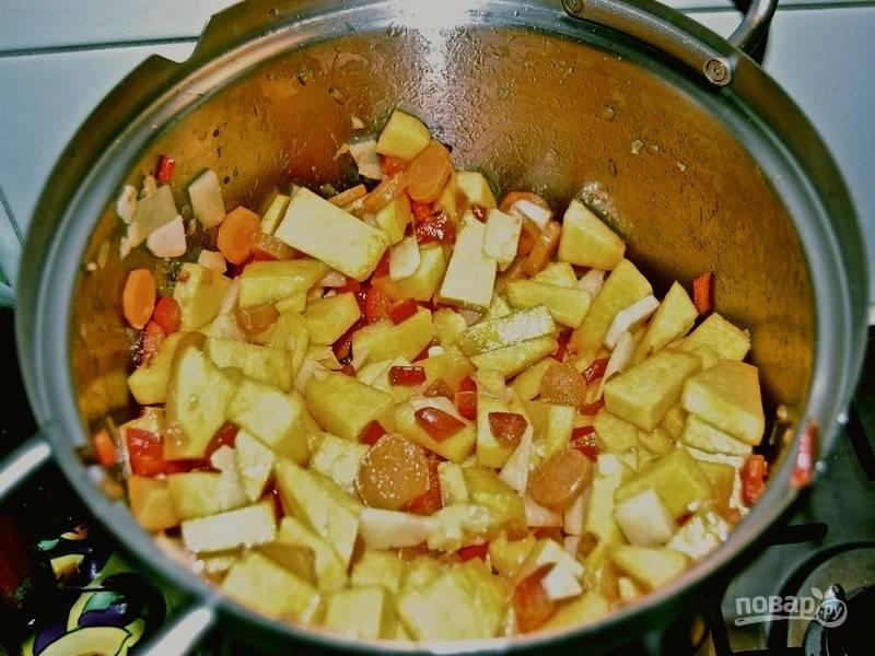 Добавьте тыкву. Теперь перемешивайте каждые 3 минуты и, когда кусочки тыквы станут мягкими, влейте воду (чтобы покрыла все овощи), доведите до кипения, перемешайте суп, накройте крышкой и готовьте 10-15 минут на среднем огне.