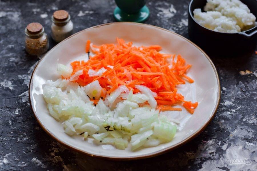 Очистите морковь и лук, сполосните. Морковь натрите на терке, лук нарежьте кубиками. Жарьте овощи несколько минут на антипригарной сковороде.
