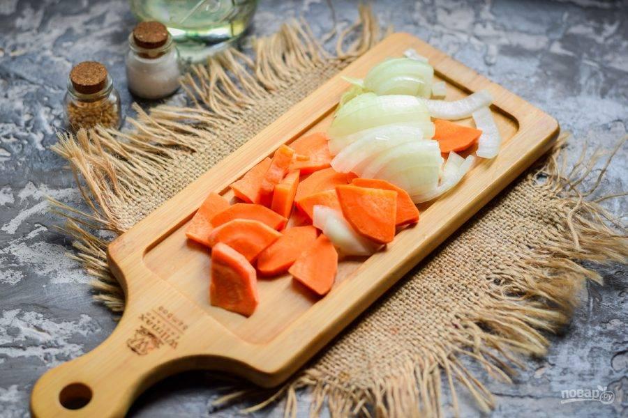 Очистите морковь и лук, овощи сполосните, просушите. Морковь нарежьте брусочками, луковицу нарежьте полукольцами или кубиками.