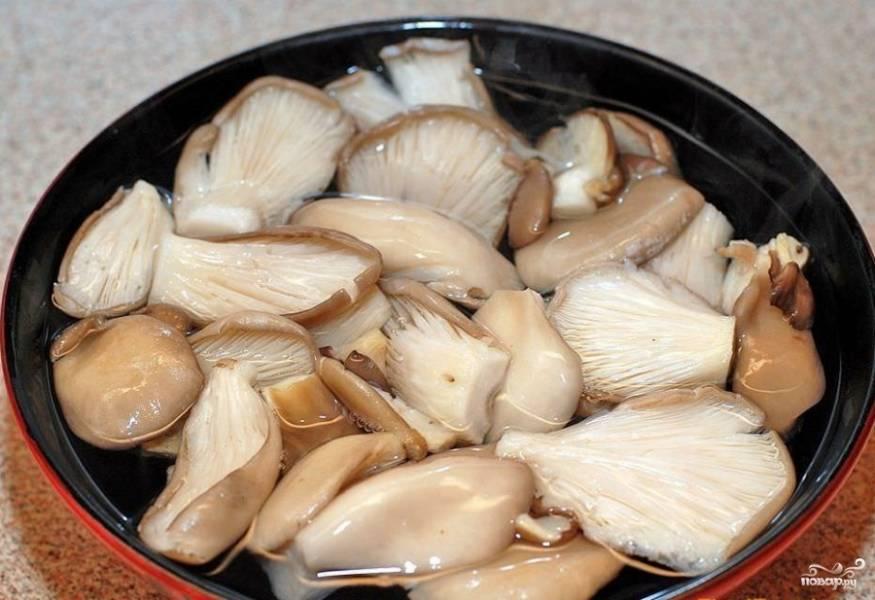 Вешенки осторожно (очень хрупкий грибочек, не любит грубых прикосновений и избытка влаги!) промыть, затем выложить на полотенце и полностью высушить.