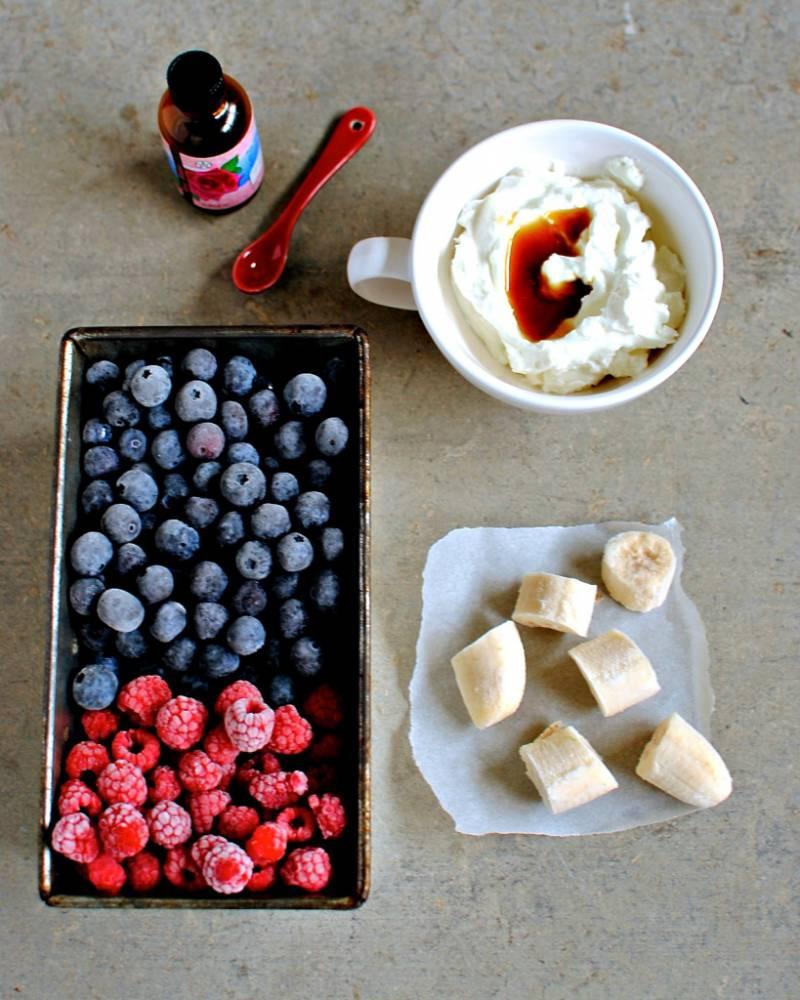 1. Перед вами - рецепт удивительно вкусного десерта на основе фруктов и с добавлением йогурта. Такой десерт можно готовить также с добавлением мороженого, но вкуснее с йогуртом. Итак, берем фрукты или ягоды, можно даже замороженные.