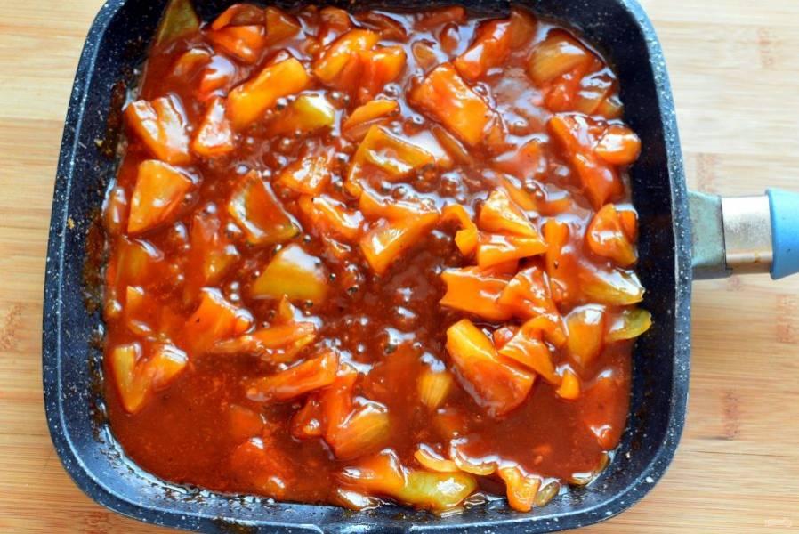 Добавьте устричный и соевый соус, сироп, рисовый уксус, ананасовый сок и томатную пасту. Всыпьте остаток пряной смеси. Хорошо перемешайте и проварите соус минуты 2-3. Затем разведите крахмал в 50 мл воды и добавьте в соус, доведите до загустения.