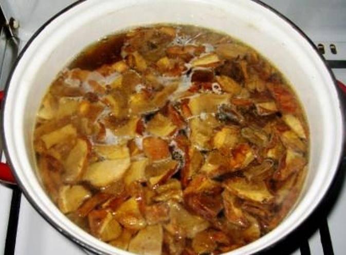 Когда вода в кастрюле закипит, выложите туда грибы. Грибную воду процедите и также добавьте в кастрюлю.