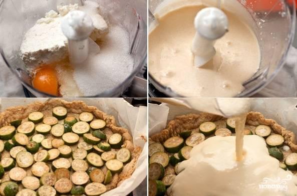 Сахар, творог и яйца взбейте в блендере. На испечённое тесто выложите фейхоа, затем залейте творожной смесью. Сделайте огонь потише и поставьте запекаться на 30 минут.
