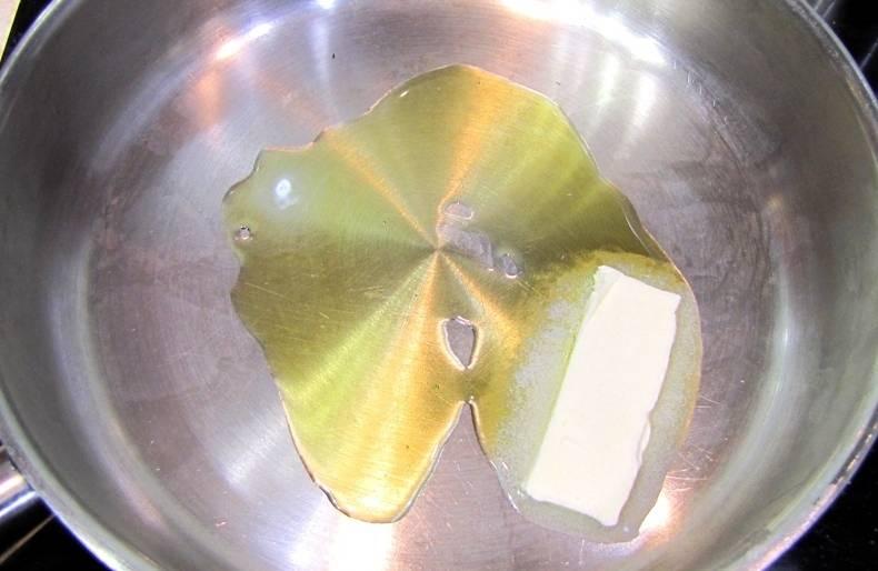 Растапливаем на сковороде сливочное масло.