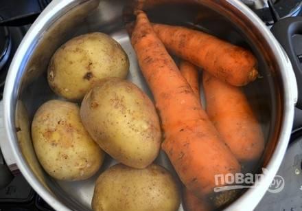 Морковь и картофель также отварите в течение 30-40 минут. Овощи остудите.