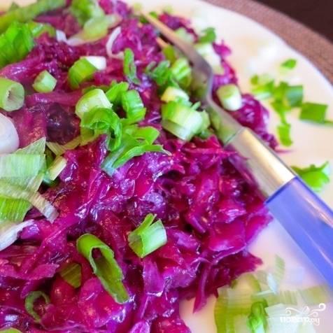 Соте из красной капусты готово. Перед подачей гарнир можно украсить свежей зеленью. Подавать горячим. Приятного аппетита!