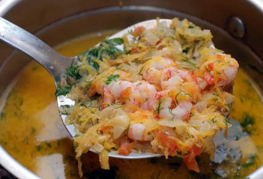 Затем добавляем тушенные овощи. Снова доводим до кипения и варим еще около 10 минут. Посолить и поперчить по вкусу. Наш прекрасный суп готов.