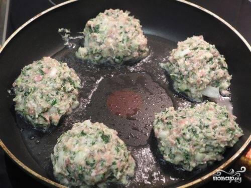 3.Сковороду ставим на огонь, наливаем в неё немного растительного масла, выкладываем котлеты, обжариваем их с двух сторон до еле румяной корочки.