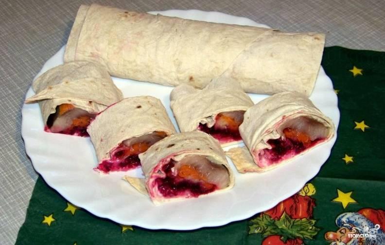 Сворачиваем лаваш рулетиком, кладем его в холодильник на 1-2 часа. Перед подачей на стол нарезаем лаваш порционными кусочками. Приятного аппетита!