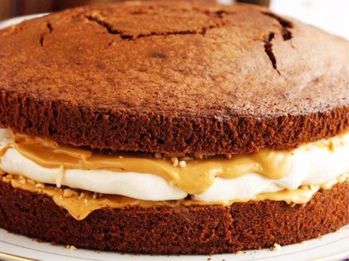 Молоко поставьте на огонь и растопите в нем 50 г. сливочного масла. Помешивая, добавьте какао, растертое с сахаром. Этих ингредиентов нужно взять по 60 г. Доведите глазурь до кипения, снимите с огня и остудите, затем полейте торт. Остается только лишь обильно посыпать орехами и подать на стол.