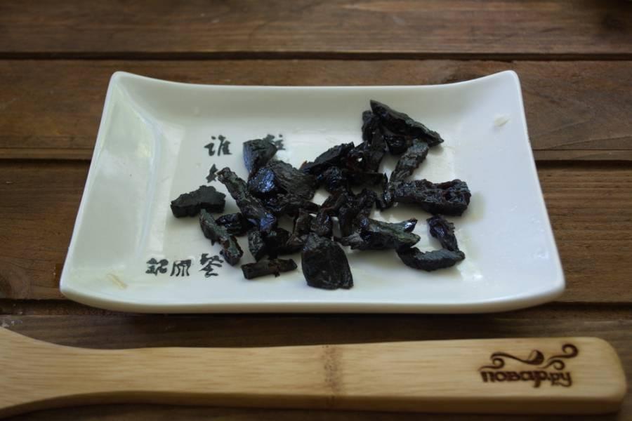 Чернослив нарезать небольшими кусочками. Если у вас слишком сушеный чернослив, его лучше распарить. Мягкий чернослив запаривать не надо.