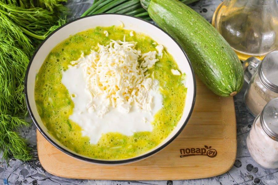 Влейте кефир любой жирности. Натрите на терке с мелкими ячейками сыр. Аккуратно все перемешайте.