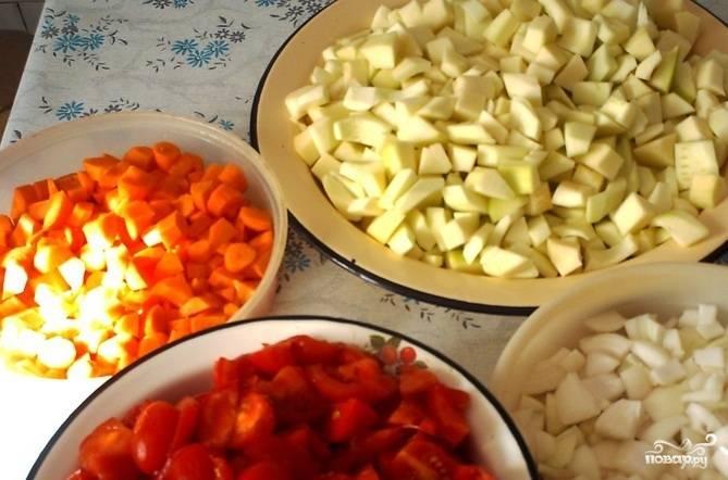 Кабачки, лук, морковь почистите и помойте. Нарежьте овощи кусочками. Помидоры помойте, обсушите и крупно нарежьте.