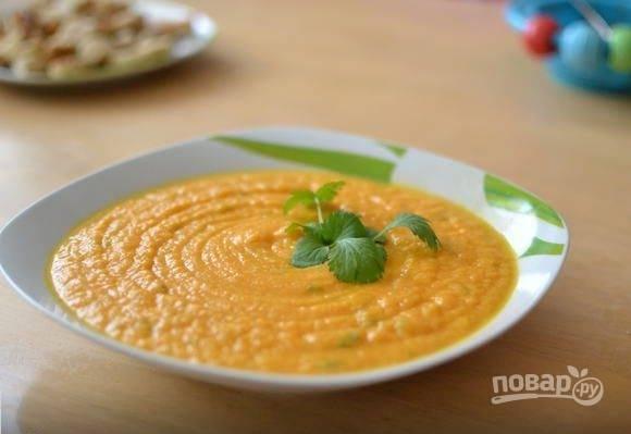 Готовый суп пюрируйте до однородного состояния при помощи погружного блендера. Добавьте кунжутную пасту и льняное масло. Тщательно все перемешайте, разлейте по тарелкам и подавайте. Приятного аппетита!