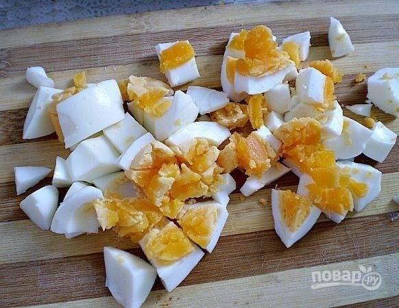 Отдельно отварите яйца вкрутую. Очистите их, нарежьте и добавьте в суп почти в самом конце.