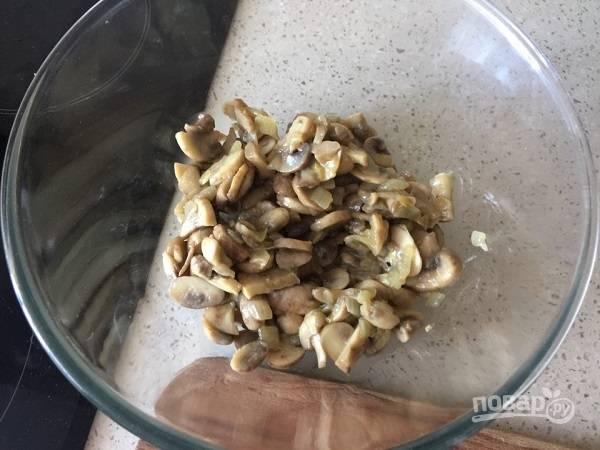 7. Готовые грибы переложите в салатник. Туда же отправьте и сердечки.