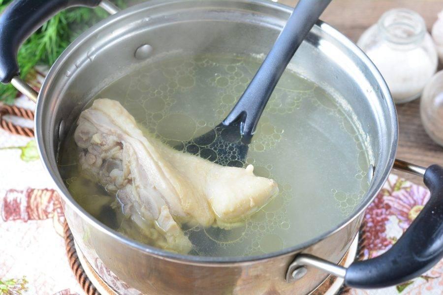Промойте куриное мясо, сложите в кастрюлю и залейте холодной водой. После закипания варите бульон 15 минут на медленном огне, убрав лишнюю пену. Посолите по вкусу.