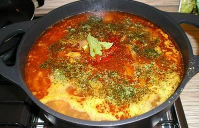 Засыпаем промытый рис, добавляем специи, соль и лавровый лист. Варим суп на тихом огне 10 минут. В самом конце кладем сушеную зелень.