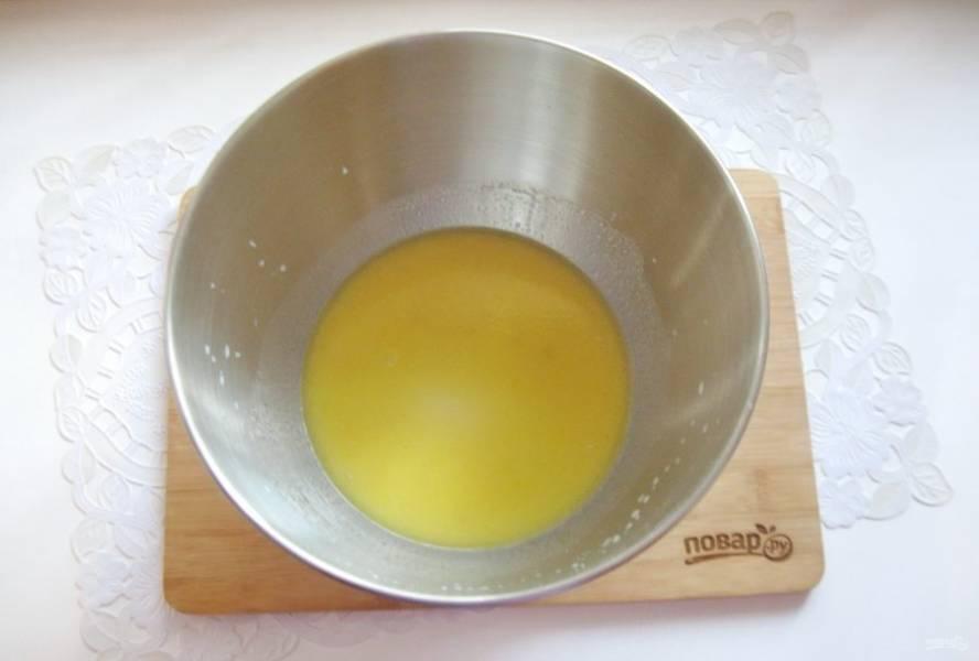 Добавьте сахар, ванильный сахар и растопленное сливочное масло.