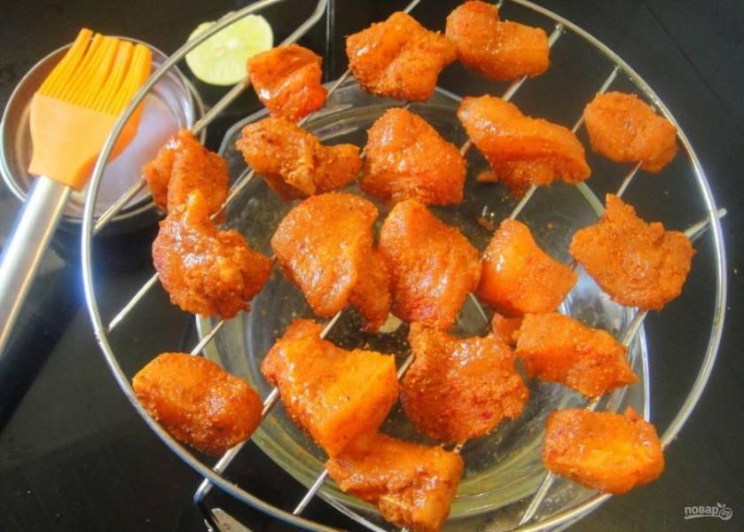3. Смажьте мясо растительным маслом и насадите на деревянные шпажки или выложите на решетку.