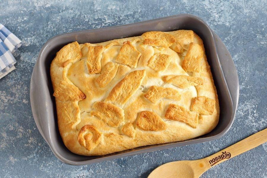 Верх должен подрумяниться. Очень вкусно подавать пирог в горячем виде, но и остывший с чашечкой ароматного кофе он тоже великолепен.