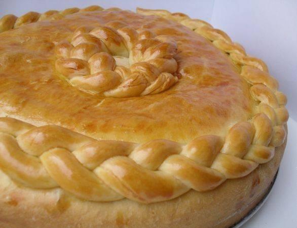Выпекаем пирог в духовке при температуре 180 градусов около 50 минут.