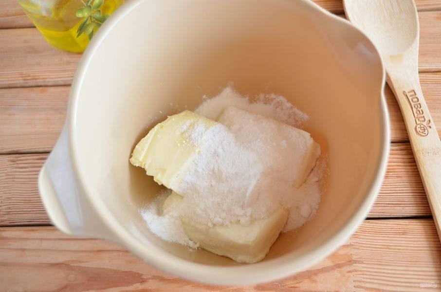 Для крема смешайте сливочное мягкое масло, творог и сахарную пудру (0,5 стакана сахара нужно измельчить в пудру или взять готовую).