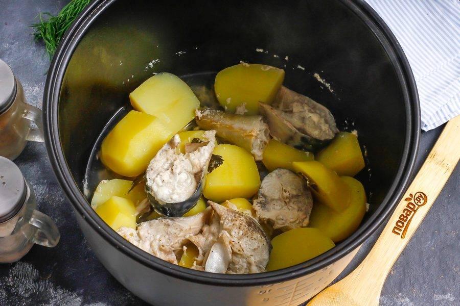 Спустя указанное время и рыба, и овощные нарезки будут мягкими и сочными, идеально приготовленными. Дольше тушить блюдо не нужно, так как есть риск его разваривания.