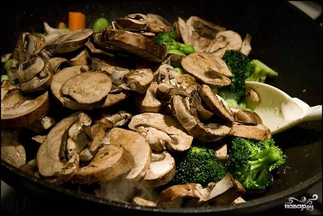 К овощам добавьте измельченные грибы, обжаривайте вместе еще 5 минут.