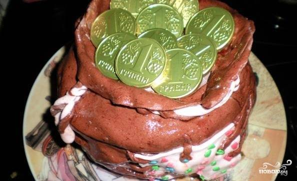 """7. «Оденьте» пропитавшуюся заготовку в мешковину. Украсьте """"завязкой"""" и смешной """"заплаткой"""". На ваше усмотрение положите шоколадные монетки или любые другие сладости, чтобы они переполняли """"мешочек"""", выпадая даже из-под заплатки."""