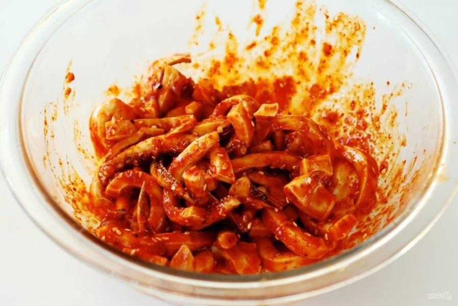 Теперь для заправки смешайте соус, томатную пасту, измельченный чесночок, масло, уксус. Добавьте соли и перца. Добавьте в соус кальмара.