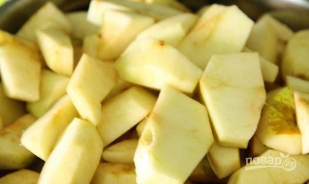 3. Яблоки нарезаем тонкими дольками, шкурки снимаем.