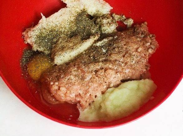 2. Готовить котлеты в сухарях в духовке в домашних условиях лучше из мяса, а не из готового фарша. Для этого необходимо пропустить вымытое и просушенное мясо (в данном случае курица) через мясорубку. Очистить луковицу и также измельчить. При желании можно добавить 1-2 зубчика чеснока. В глубокой мисочке соединить фарш, луковицу, яйцо и хорошо отжатый хлеб. Посолить и поперчить по вкусу. При желании можно добавить еще специй для мяса.
