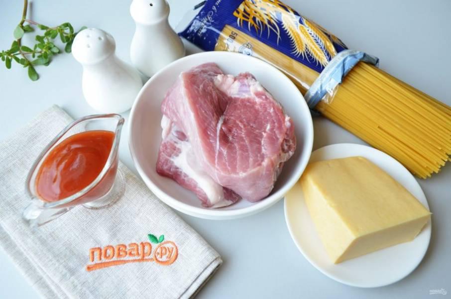 Подготовьте продукты. Вскипятите воду, посолите и отварите спагетти согласно инструкции до готовности. Я варю макароны и спагетти только из твердых сортов.