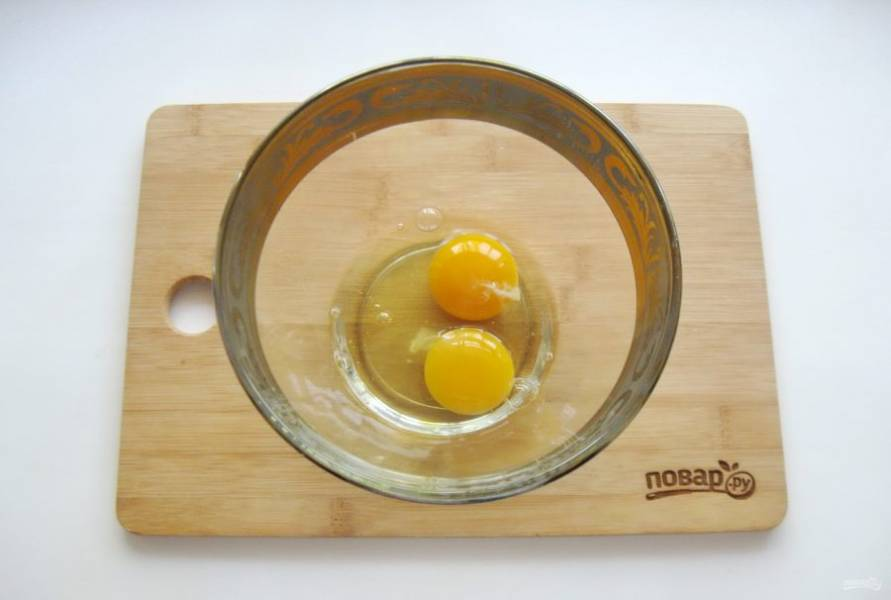 Разбейте в миску два крупных яйца или три небольших.