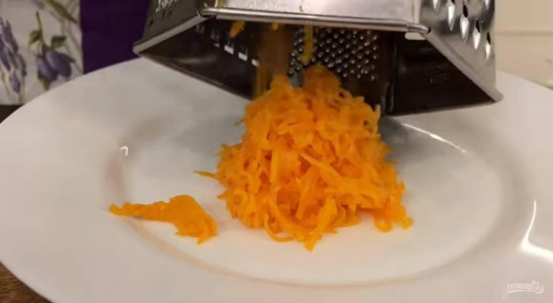 1. На крупной терке натрите отварной картофель. Отварную морковь, маринованные и свежие огурцы натрите на мелкой терке, складывая все ингредиенты в разные тарелки.