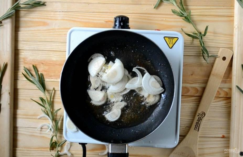 Затем кусок мяса отложите на тарелку и займитесь приготовлением соуса. Выложите лук, нарезанный полукольцами. Обжарьте до прозрачности.