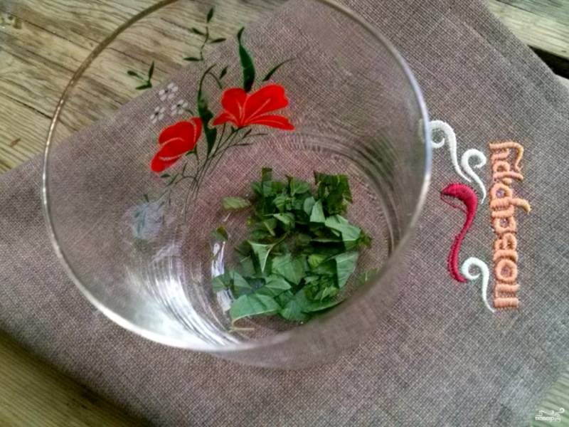 Мелко нарубите зелень, выложите её в стакан.