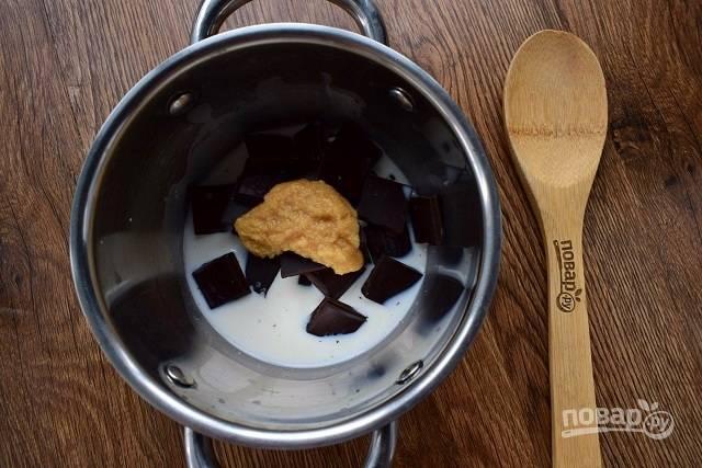 В кастрюльке с двойным дном соедините сливки, кусочки шоколада и сгущенное молоко. Нагрейте почти до кипения, постоянно помешивая, и снимите с огня.