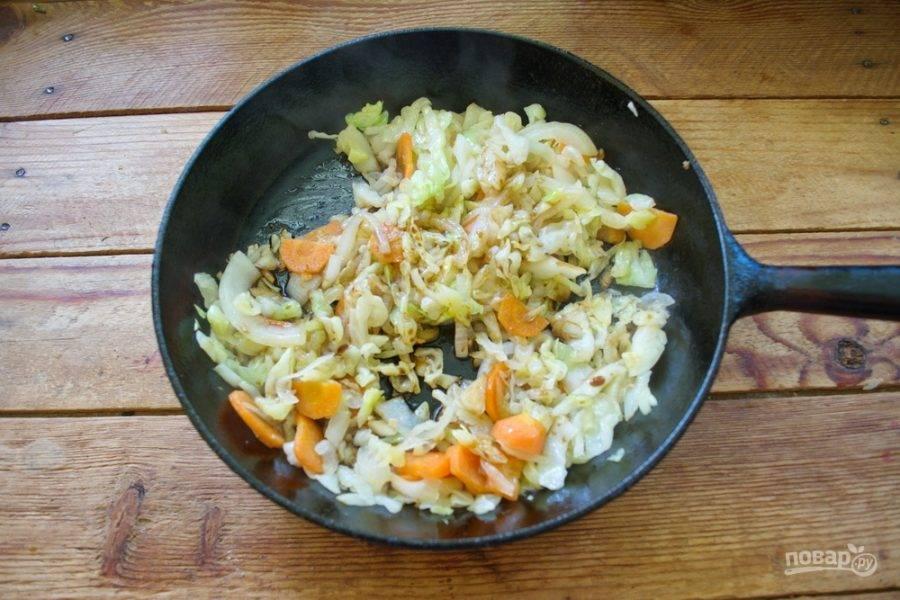 Влейте 1,5 ст. ложки соевого соуса. Добавьте молотый черный перец, можно использовать разные травки (розмарин, сушеный базилик).