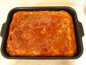 6. Разогрейте духовку до 220 градусов, поместите туда пирог и выпекайте в течение 40-45 минут, до получения румяной золотистой корочки.
