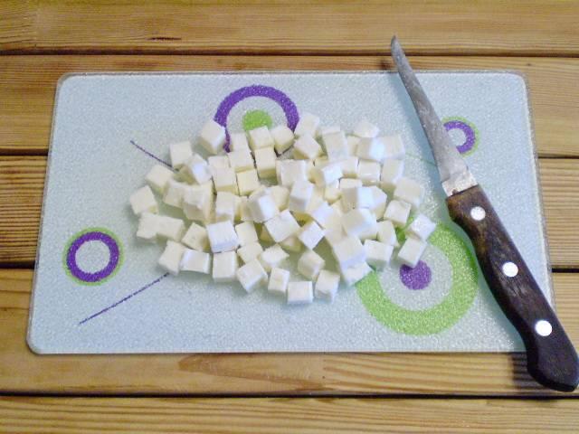 2. Сыр нужно порезать кубиками, размером с горошинку.