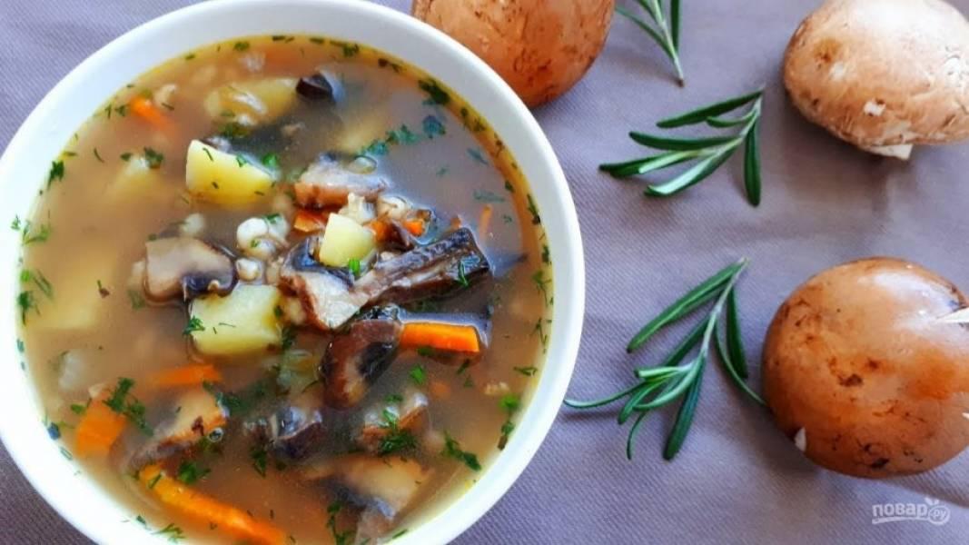 4. В конце приготовления добавьте мелко нарезанную зелень, дайте супу закипеть и снимите с огня. Приятного аппетита!