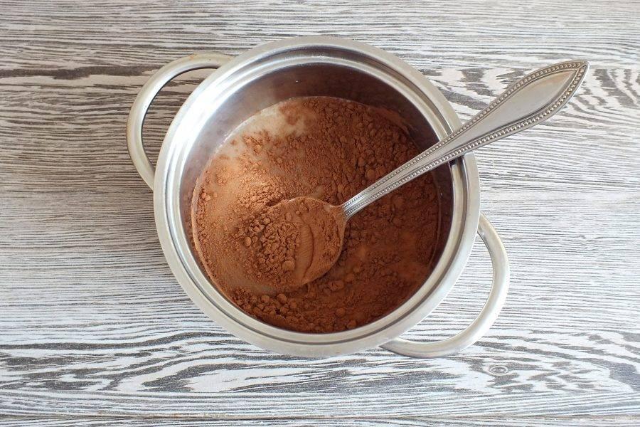 Сделайте глазурь. В кастрюльке смешайте сахар, молоко и какао.