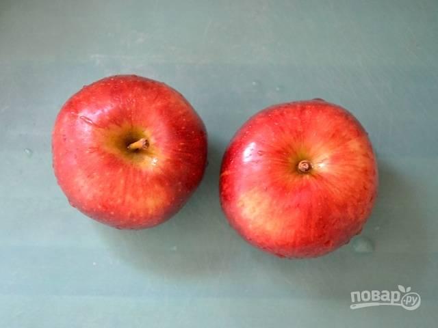 1.Вымойте яблоки, разрежьте каждое пополам и удалите сердцевину, а также хвостики. Нарежьте яблоки небольшими кусочками или кубиками.